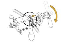 Размещение асептического рассоединителя Clipster® во вспомогательном ручном устройстве и его фиксация